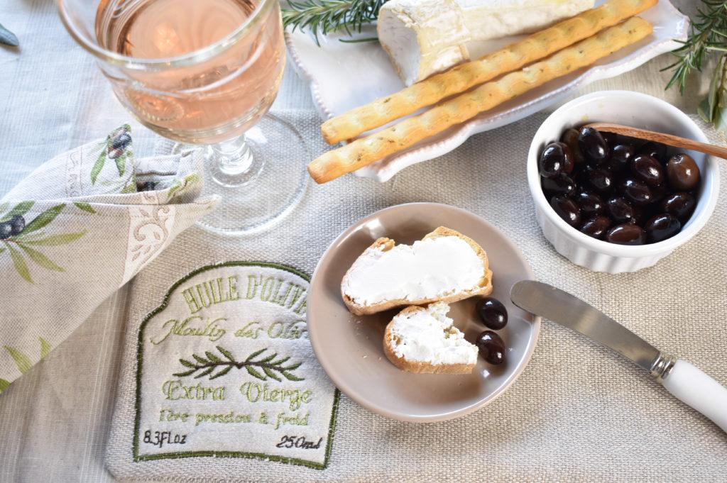 Leinentischdecke und Oliven