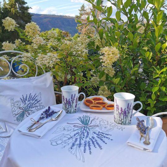 Kaffeetafel mit Lavendel