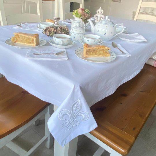 Tischdecke weiß Lilie Stickerei