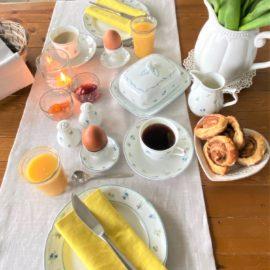 Tischläufer hellgrau Leinen Frühstückstisch