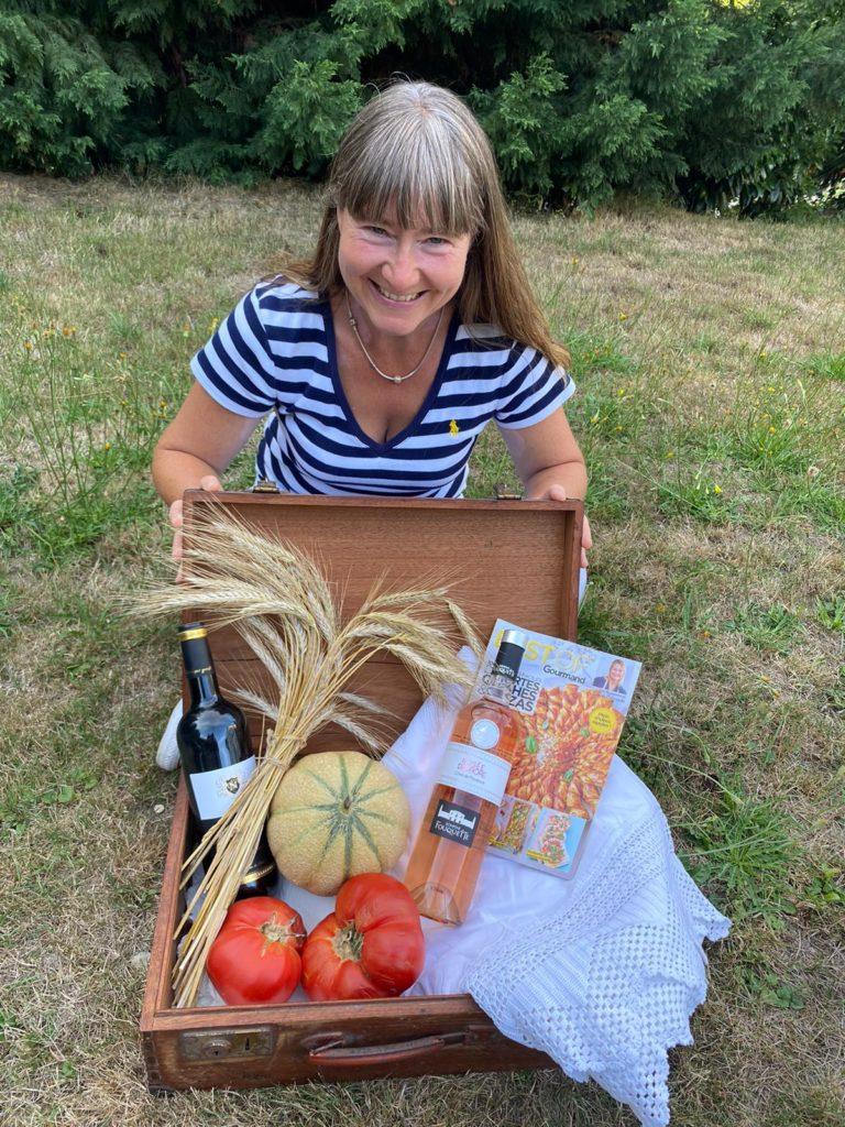 Französischer Wein, Obst , Tomaten, ein Koffer voll Köstlichkeiten
