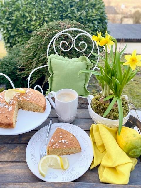 Kaffee und Kuchen Zitronen und gelbe Servietten