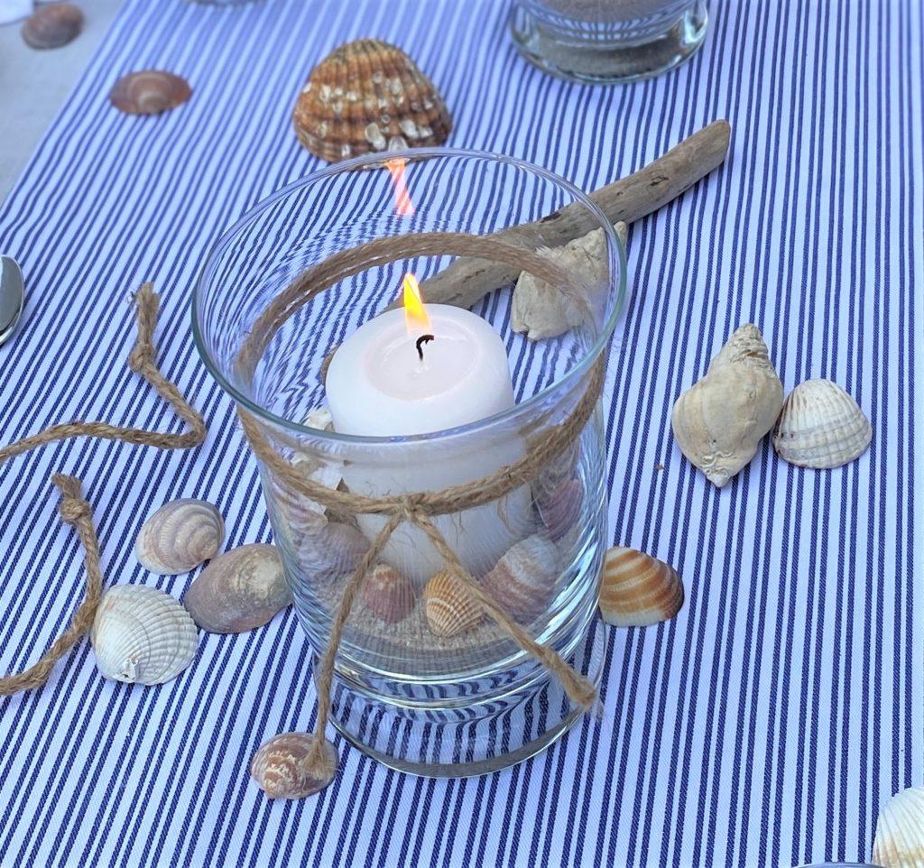 Windlicht mit Muscheln, Sand und Sisalband als maritime Tischdeko